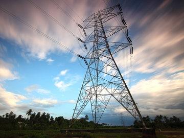 El Gobierno ultima un mecanismo para abaratar la luz y reducir los beneficios de las eléctricas por la energía hidráulica y nuclear