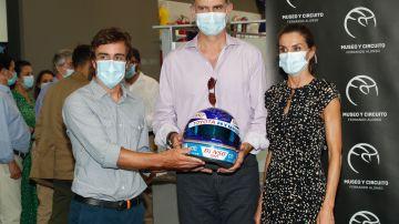 Fernando Alonso entrega a los Reyes de España un casco