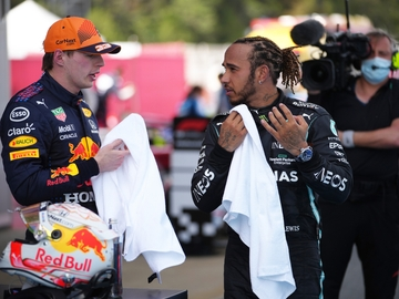 Lewis Hamilton habla con Max Verstappen