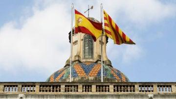 La bandera de España y de Cataluña, sobre la Generalitat catalana