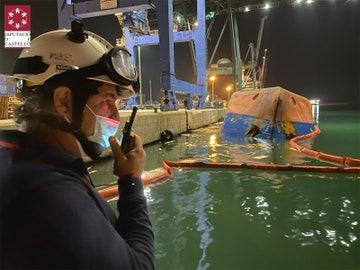 Hallan muerto a uno de los hombres desaparecidos tras volcar un barco en el puerto de Castellón