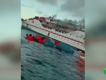 Rescatan a 95 personas de un barco de pasajeros en llamas en Indonesia