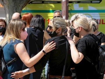 Varias personas muestran su pesar durante la concentración asesinato machista en Alovera (Guadalajara)