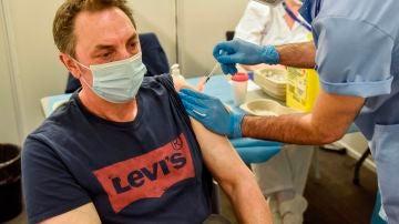 Un hombre se vacuna con Pfizer Biontech tras recibir la primera dosis de AstraZeneca
