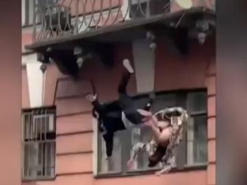 Una pareja que cae al vacío cuando estaban peleando en un balcón en Moscú
