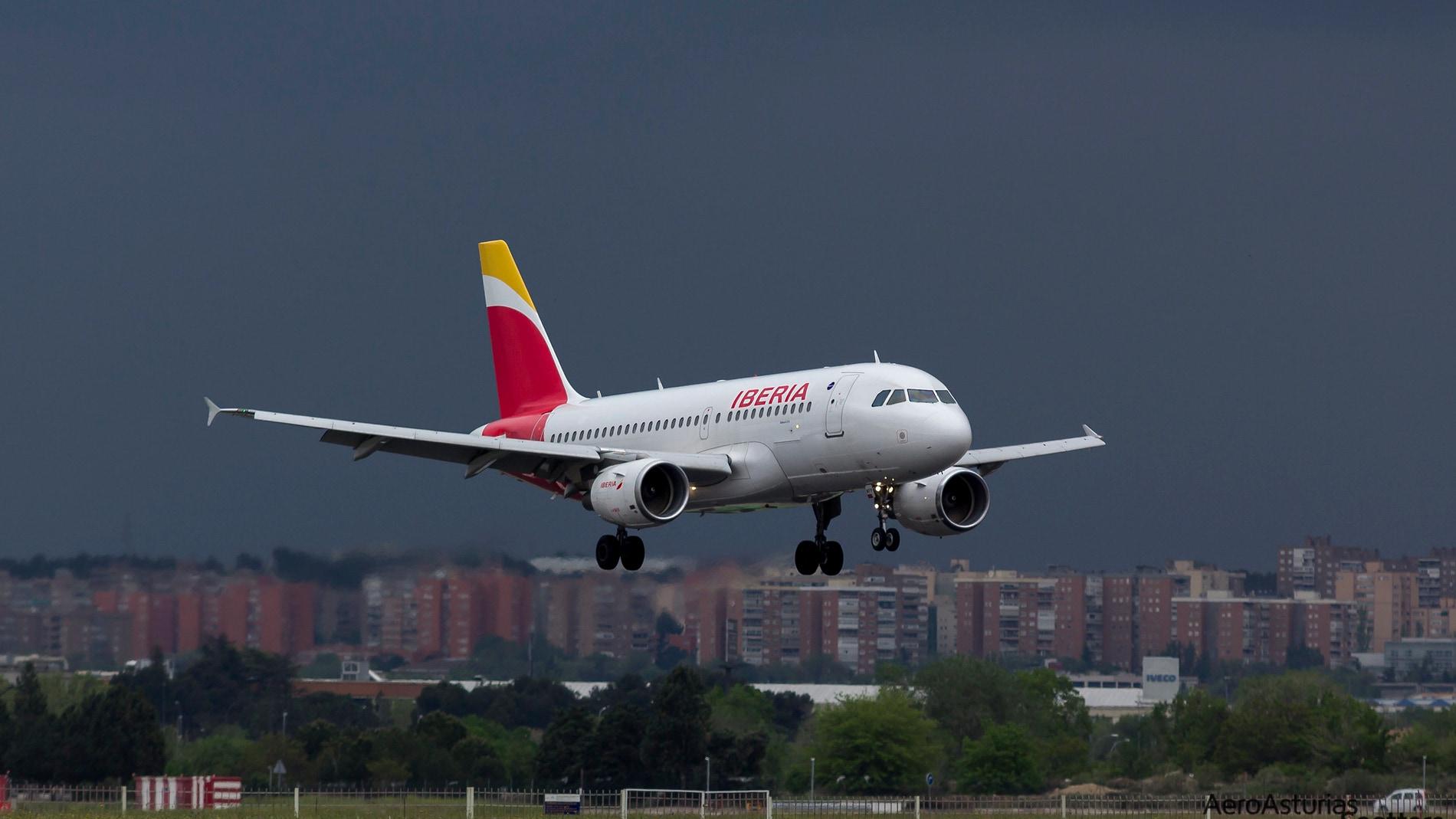 Aterrizaje de un avión en el aeropuerto de Barajas con tormenta