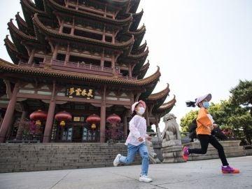 Niños corriendo en Wuhan, China