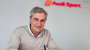 Carlos Sainz, firmando su nuevo contrato con Audi