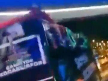 Un futbolista de Kocaelispor cae desde el autobús descapotable