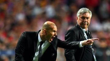 Zinedine Zidane y Carlo Ancelotti durante la final de Champions de Lisboa (2014)