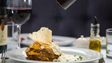 Imagen de archivo de un plato de comida en un restaurante