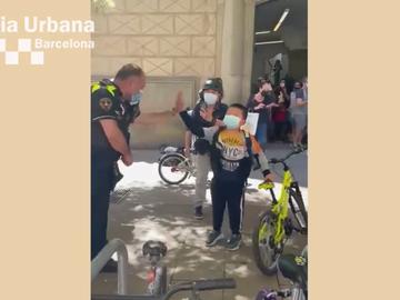 Momento en el que el niño recupera la bici