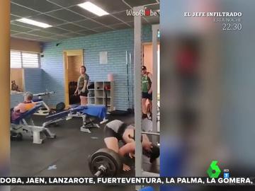 Un hombre se desmaya en el gimnasio al intentar levantar 240 kilos de peso