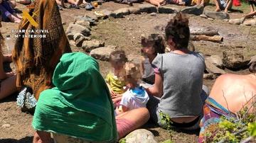 Niños presentes en el encuentro hippie de la 'Familia Arcoíris'