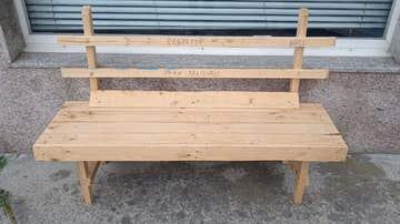 Construye un banco de madera para que su mujer pueda descansar durante los paseos