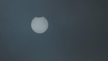 Vista del eclipse parcial desde la localidad de Viveiro, Lugo, este jueves