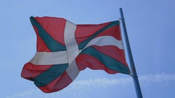 La ikurriña, bandera de Euskadi, ondeando