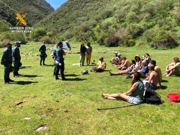 Miembros de la Guardia Civil en la acampada hippie en La Rioja