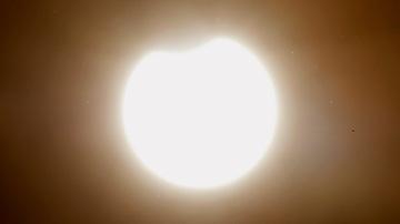 El eclipse anular de sol visto desde la Plaza del Obradoiro, esta mañana ante la catedral