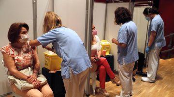 Una mujer recibe la vacuna contra la covid-19 en el Hospital Severo Ochoa de Leganés, Madrid.