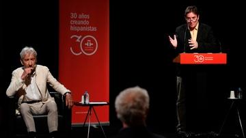 El director del Instituto Cervantes, Luis García Montero junto al actor José Sacristán durante la apertura de la Caja de las Letras de Luis García Berlanga