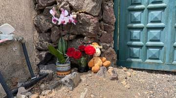 Flores y un peluche en la puerta de la casa de Gimeno
