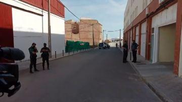 Los agentes custodian el domicilio del asesino confeso de Rocío Caíz