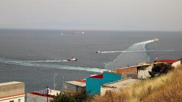 Lanchas de la Guardia Civil se acercan al buque Ángeles Alvariño