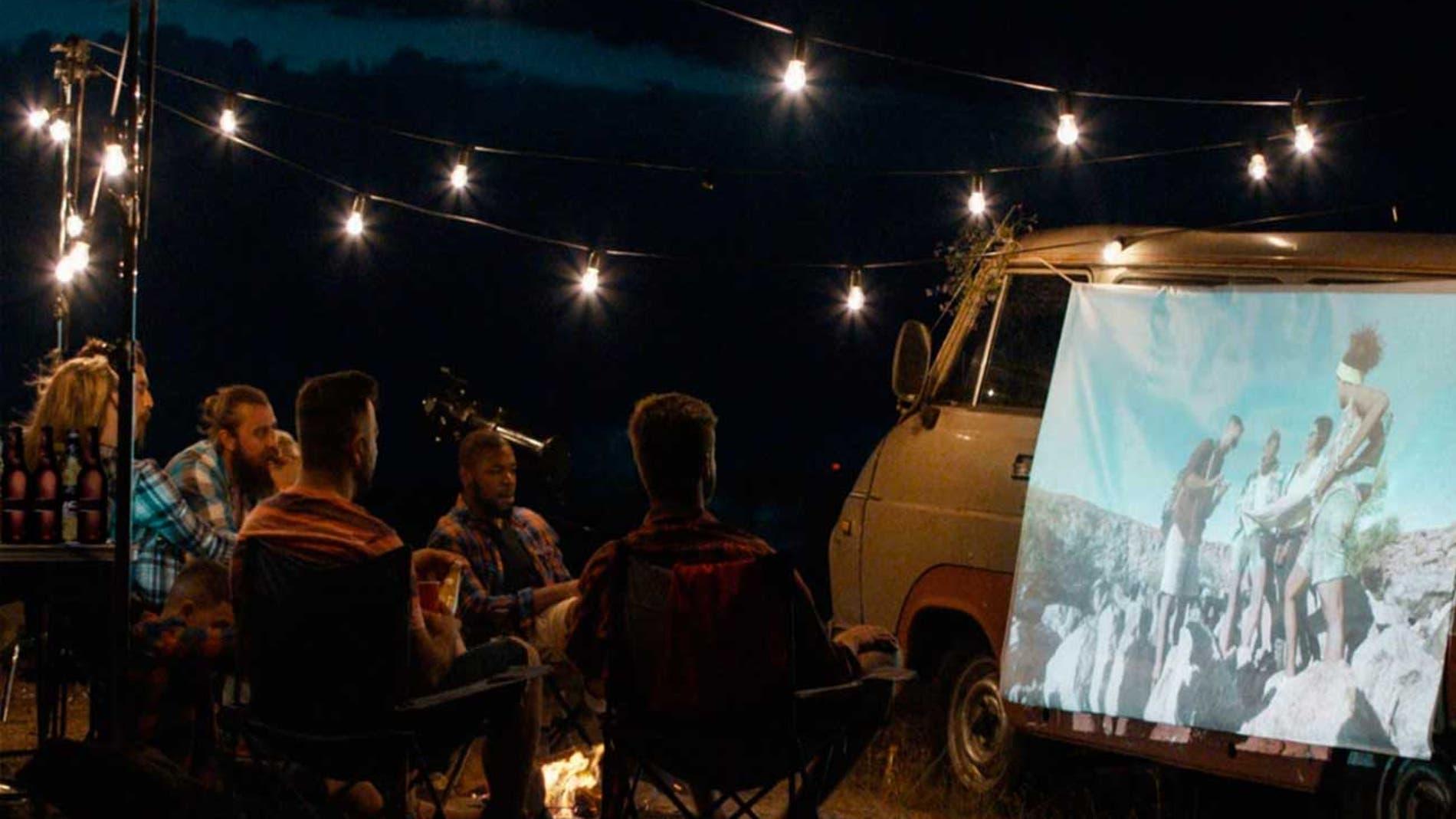 llévate el cine a cualquier parte con estos mini proyectores