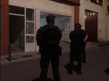 Fuerzas de seguridad ante el domicilio del asesino confeso de Rocío Caíz