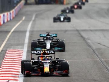 Sergio Pérez liderando la carrera por delante de Lewis Hamilton en el Gran Premio de Azerbaiyán