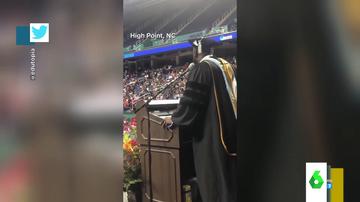 El emotivo momento en que un director de instituto canta 'I Will Always Love You' a sus alumnos en la graduación