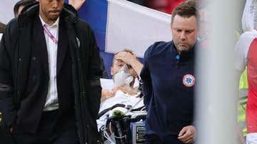 Christian Eriksen se lleva la mano a la cabeza tras caer desplomado durante el Dinamarca-Finlandia