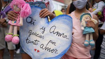 Cartel dedicado a las niñas Anna y Olivia