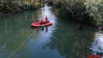 Bomberos de la Generalitat en el río Segre