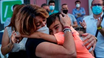 Susana Díaz, abrazada a su hijo en el cierre de campaña en Andalucía.