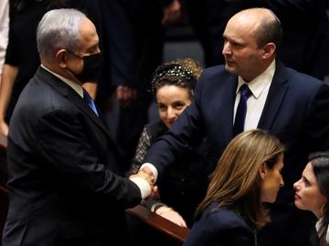 Benjamin Netanyahu y Naftali Bennett, nuevo primer ministro de Israel, se dan la mano