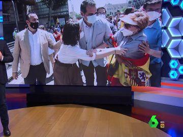 """El momento en el que una fan de Ayuso """"trata de robarle un brazo en pleno ataque de libertad"""" en la manifestación de Colón"""