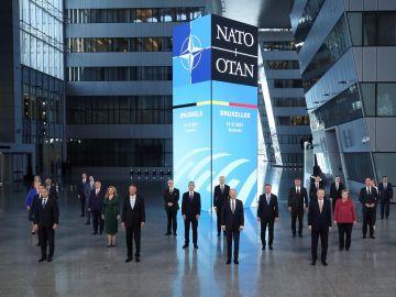 Foto de familia de los jefes de Estado o de Gobierno en la cumbre de la OTAN