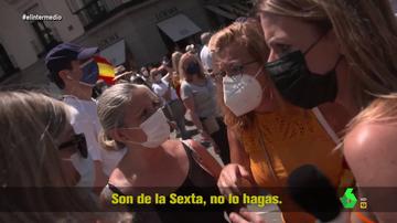 """Tensión al interrumpir el reportaje de Andrea Ropero en Colón: """"Señora, estamos trabajando, deje responder con libertad"""""""