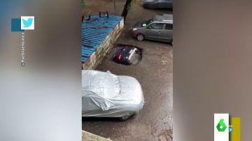 El impactante vídeo en el que un coche es engullido por un socavón