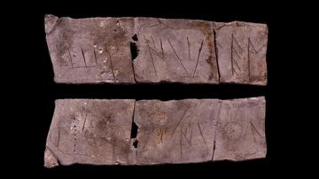 Lámina de plomo con inscripción ibérica arcaica del yacimiento del Pico de los Ajos.