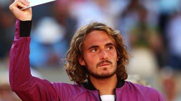 Stefanos Tsistipas levantando el título de subcampeón de Roland Garros 2021