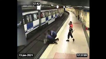 La Policía rescata a una mujer tras saltar a las vías del Metro en Madrid