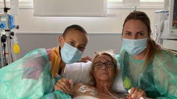 Virginia Torrecilla en el hospital junto a su madre