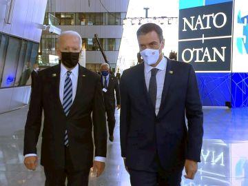 El presidente del Gobierno, Pedro Sánchez (d), junto al mandatario de Estados Unidos, Joe Biden, antes del comienzo de la cumbre de líderes de la OTAN que se celebra en Bruselas