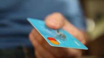 Imagen de una persona con una tarjeta bancaria