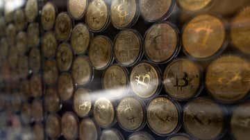 Varios distintivos de bitcoin