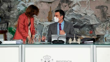 El presidente del Gobierno, Pedro Sánchez (izq), conversa con la vicepresidenta primera, Carmen Calvo, durante la reunión del Consejo de Ministros en la que se han aprobado los indultos a los políticos catalanes presos.