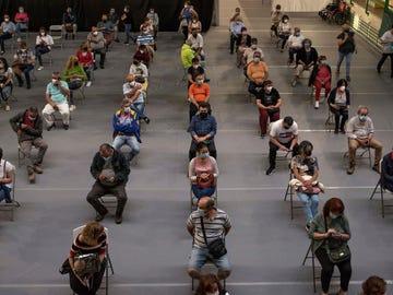 Personas esperando tras recibir la vacuna contra el coronavirus